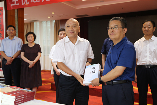 王悦旺先生赠书仪式暨贵牛酒庆八一座谈会成功举办